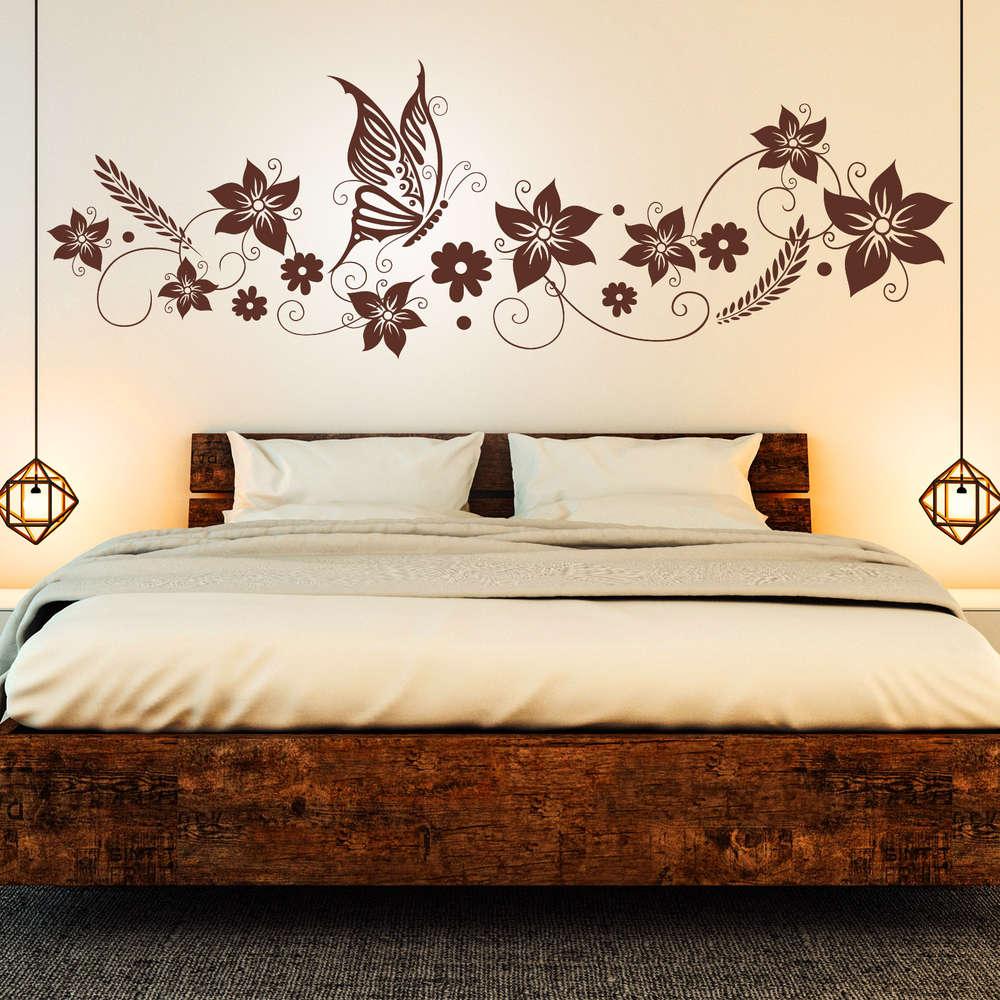Wandtattoo Blumen Ranke mit Schmetterling. Deko für Schlafzimmer.